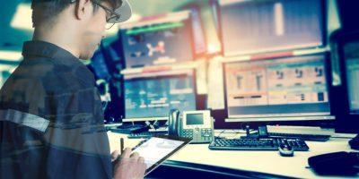 Doppelbelichtung eines Ingenieurs oder Technikers im Arbeitshemd, der mit Tablet im Kontrollraum der Öl- und Gasplattform oder der Anlagenindustrie arbeitet, um Prozess-, Geschäfts- und Industriekonzept zu überwachen monitor