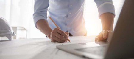 Architekt, der im Büro mit Blaupausen arbeitet, Ingenieurdenken und Planungsinspektion am Arbeitsplatz für Architekturplan, Skizzieren eines Bauprojekts, Geschäftsbaukonzept.