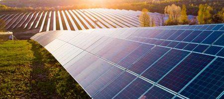 Sonnenkollektoren (Solarzelle) im Solarpark mit Sonnenlicht zur Erzeugung von sauberen Stroms
